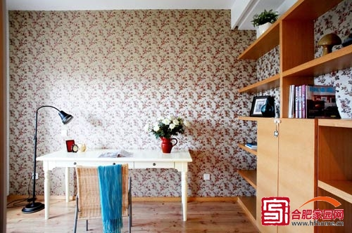 地面很像原木,繁花壁纸和白色书桌相互映衬