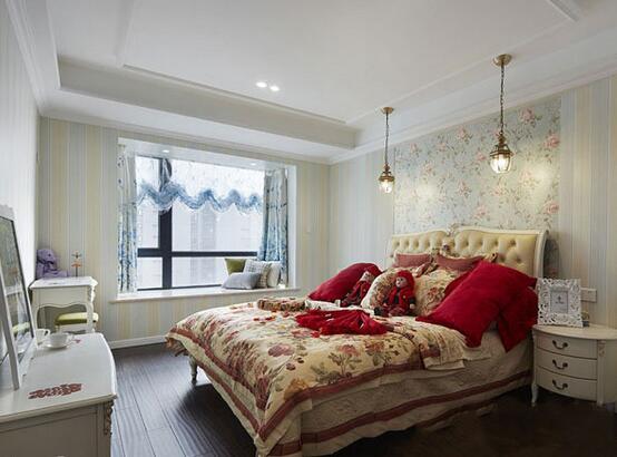 新婚夫妻,无论是什么都是充满浓浓甜蜜感,那么卧室如此重要的地方当然也得用心设计一番了。红色、橘色、蓝色这些热烈的、温馨的、梦幻的、神秘的色彩都是新婚卧室中不可缺少的,下面就和小编一起去看看婚房卧室如何装吧!  设计亮点:无论是色调还是一旁的玻璃门都让整个卧室暖暖的。 小编的话:白色条纹的单人沙发是整个空间中的小亮点,木制的墙面和吊顶融为了一体,斜斜的屋顶设计上掏出了一扇玻璃门,透明的纱质窗帘带来了梦幻的感觉。藤艺的床也让整个房间充满自然感。  设计亮点:橘色是温暖的色调,婚房中使用再合适不过了。 小编的