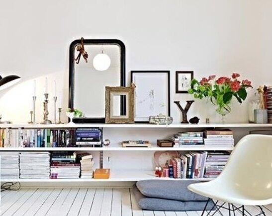 小户型是现在单身人士的首选户型,每个人都想拥有一个属于自己的小天地,本期小编带来一款48平米小户型,时尚个性的装修,说不定会给你家的装修带来灵感,一起来看看吧。  图中采用的颜色是比较简洁的,木地板和墙面的颜色都是采用了白色。这样可以在视觉上看上去干净利落。地板也是竖条纹的,搭配上墙面的搁架,很好的利用了空间。简单的搁架可以放很多东西,却不显得突兀,反而因此空间愈加丰满。  客厅的一个角落,非常简单温馨的角落。昏黄灯光点染出了这个空间。柔软舒适的白色布艺沙发搭配上条纹的靠枕和披毯,这里也可以成为阅读的好去