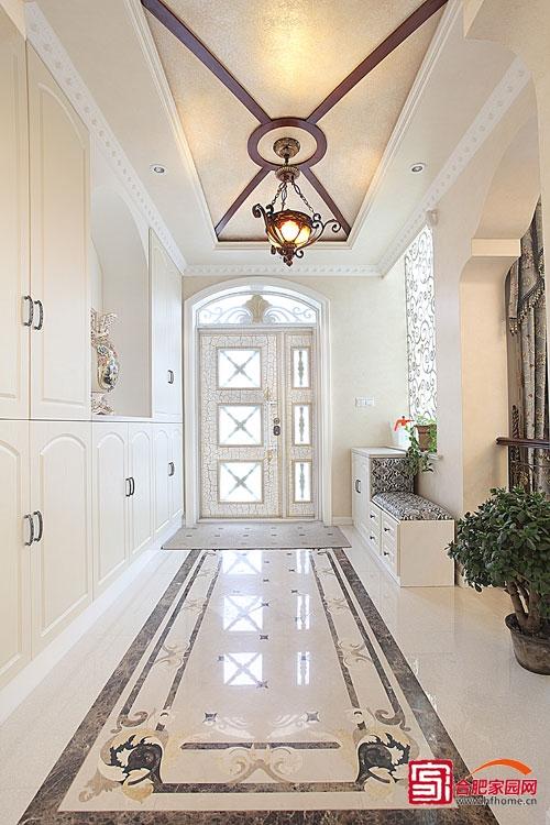 金色的复古吊灯给整个空间添加了古典氛围,豪华,大气的欧式风格显露无