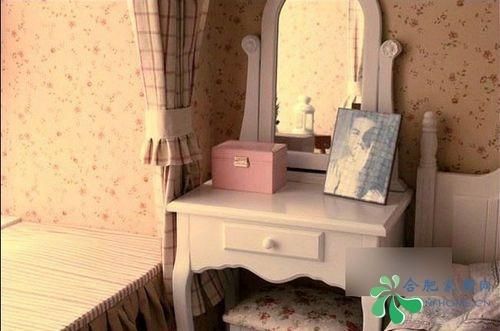 白色木质的欧式梳妆台