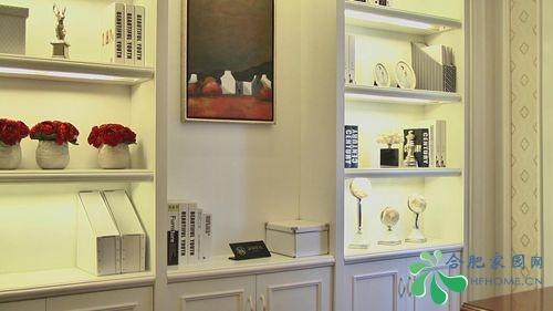 欧式书桌,白色的书柜倚墙而立