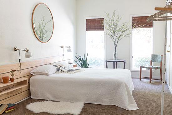 床头背景墙用木板拼接形成贴面