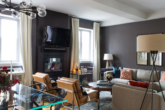 本期带来的新房最独特的地方在于带有一个37平米的露台,如何发挥大露台的优势对设计师来说是个值得挑战的命题。设计师接受了这个挑战,不但让室内装饰充满了富有主人个性的男性魅力,露台也更是别具风情。  深紫色成为客厅空间的主色调,充分展现了男主人独特的个人魅力。沙发背景墙用四幅装饰画来装饰,简约而富艺术性。用浅色家具来与深色墙面搭配,让空间有了层次感。空间中的配色也十分讲究,红色与蓝色的抱枕诠释了热情与深沉的双重气质。  两把棕黄色的沙发椅是空间中的一大亮点,金属与真皮材质的结合显出刚柔相济的独特气质。当然,空