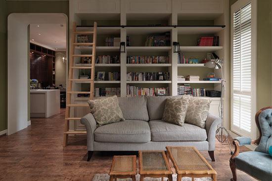 设计至顶的白色书柜增加立面层次线条,再辅以活动木梯打造英式古典的